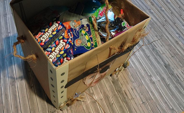 Die Piratenbox hat einen Dopppeltenboden und ist mit Schätzen gefüllt.